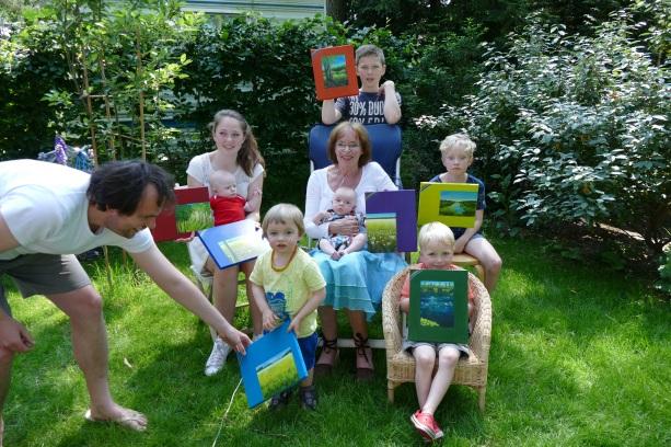 Ineke met haar zeven kleinkinderen